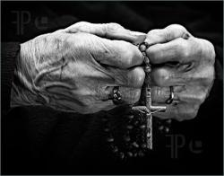 Hands-Rosary-1983786